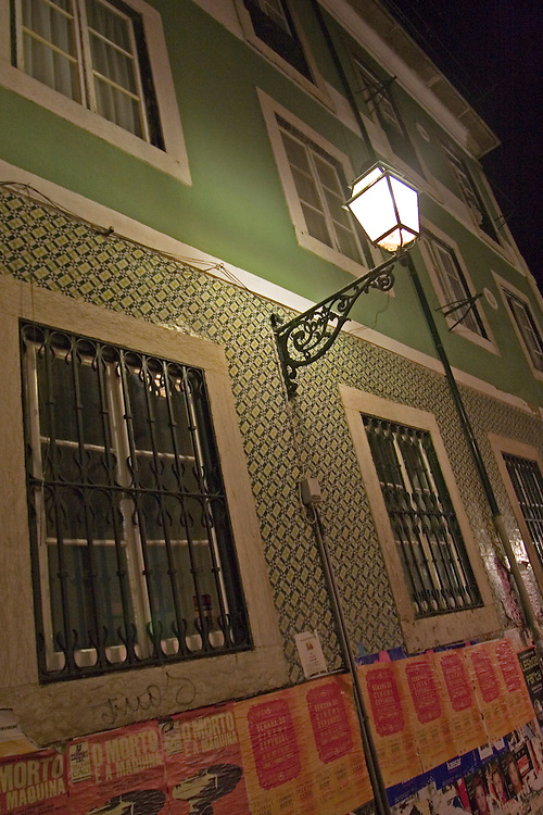 Building of Barrio Alto in Lisbon at night.<br /> Vista nocturna de la fachada de un edificio con arquitectura t&iacute;pica de Barrio Alto.