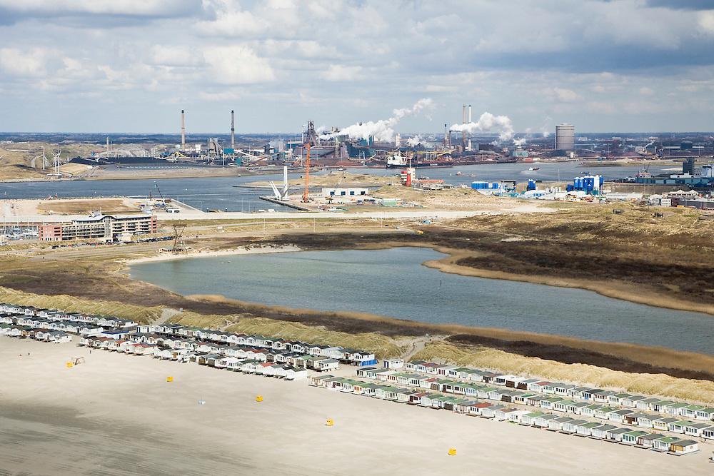 Nederland, Noord-Holland, IJmuiden, 16-04-2008; huisjes op het IJmuiderstrand, in de achtergrond het terrein van Corus (voorheen Hoogovens, gefuseerd met British Steel) in Velsen-Noord en haven van IJmuiden; havengebied, strandhuisjes, zee, dagrecreatie, nachtrecreatie ..luchtfoto (toeslag); aerial photo (additional fee required); .foto Siebe Swart / photo Siebe Swart