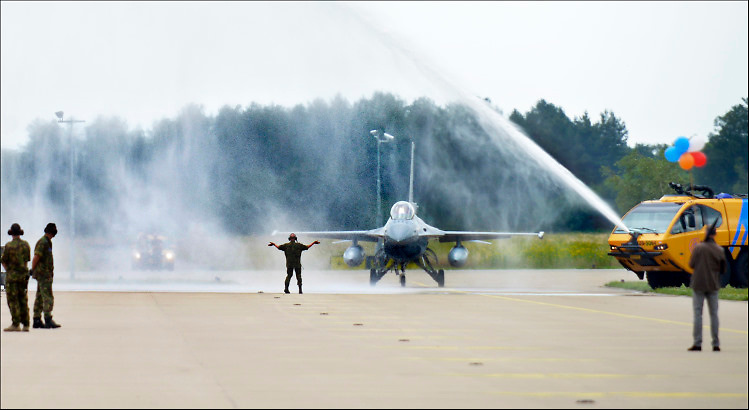 Nederland, Volkel, 30-6-2016De zes F16 gevechtsvliegtuigen keren terug van hun missie boven Irak en Syrie tegen het kalifaat van IS, islamitische staat . De vliegtuigen werden verwelkomt door minister van defensie Jeanine Hennis Plasschaert die van een van de piloten een doos Irakees gebak toegestopt kreeg .FOTO: FLIP FRANSSEN/ HH