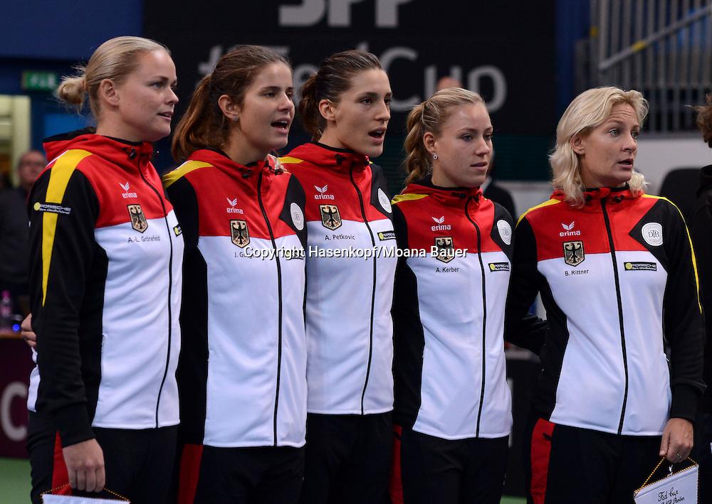 Fed Cup 2014 in<br /> Bratislava,Slovakia,<br /> internationales ITF Damen Tennis Turnier,Mannschafts Wettbewerb,team competition, Slowakei-Deutschland,Das Deutsche Fed Cup Team singt die Nationalhymne.
