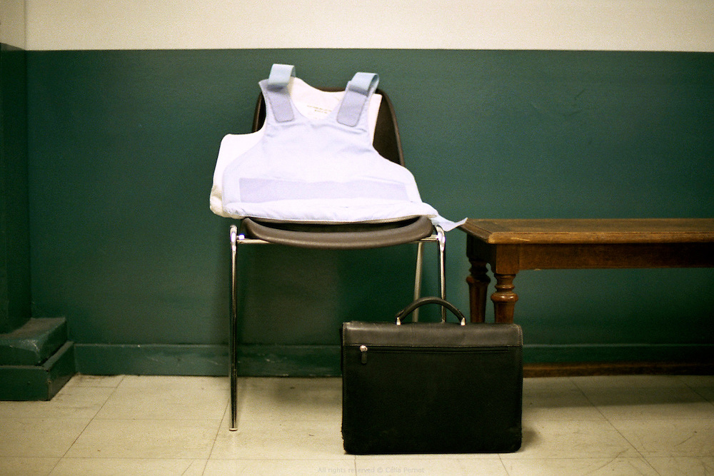 Dans la salle d'attente réservée aux policiers au tribunal de grande instance d'Évry.