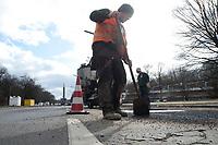 05 MAR 2010, BERLIN/GERMANY:<br /> Bauarbeiter waehrend der Reperatur von Strassenschaeden auf der Altonaer Strasse, im Hintergrund die Siegessaeule<br /> IMAGE: 20100305-01-021<br /> KEYWORDS: Strassenschäden, Straßenschäden, Frostschäden, Frostschäden, Bauarbeiten, Loch, Loecher, Löcher, Schlagloch, Schlagloecher, Schlaglöcher, Fahrbahn, Straße, Tiefbau<br /> NO MODELLRELEASE
