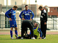 06-01-2009 Voetbal:Willem II:Trainingskamp:Torremolinos:Spanje<br /> Andries Jonker komt bezorgd kijken als een van zijn spelers Mehmet Akg&uuml;n het uitschreeuwt van de pijn. Een lichte blessure hield hij er aan over<br /> Foto: Geert van Erven