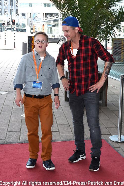 Nederlandse premi&egrave;re van Wickie, de Musical  in het Nieuwe Luxor Theater in Rotterdam.<br /> <br /> Op de foto:  Johnny de Mol met Tomas van den Broek voor opnamen van SynDROOM