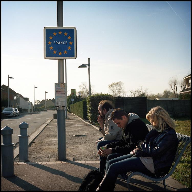 Le 24 octobre 2011, frontière Belgique / France, près d'Adinkerke (B), RN386. Des personnes attendent le bus près du poste frontière d'Adinkerke en Belgique, pour se rendre en France.
