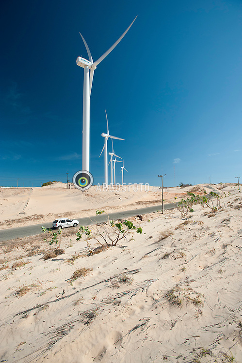 O parque eolico Canoa Quebrada, um parque de producao de energia eolica no municipio brasileiro de Aracati, no estado do Ceara, com potencia instalada de 10,5 MW. Esta localizado na praia de Canoa Quebrada, que alem do parque eolico, caracteriza-se pela sua estrutura turistica, coqueiral, lagoas, enormes falesias coloridas e dunas de areias brancas./ The wind park Canoa Quebrada is a park of wind energy production in the Brazilian city of Aracati in the state of Ceara, with installed capacity of 10.5 MW. It is located on the beach of Canoa Quebrada, which besides the wind farm, is characterized by its tourist infrastructure, coconut trees, lagoons, colorful cliffs and huge white sand dunes.