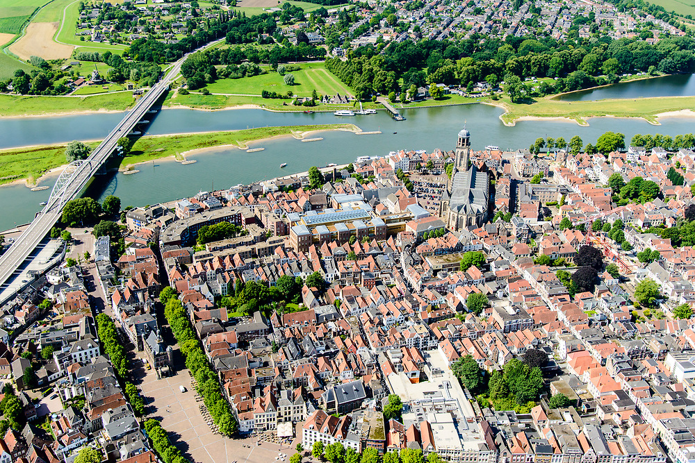 Nederland, Overijssel, Deventer, 17-07-2017; overzicht binnenstad Deventer met o.a. Lebuinuskerk, Brink in de voorgrond, IJsselkade, Welle.  De Worp aan de overzijde van de rivier.<br /> Overview downtown Deventer, Deventer city centre.<br /> <br /> luchtfoto (toeslag op standard tarieven);<br /> aerial photo (additional fee required);<br /> copyright foto/photo Siebe Swart