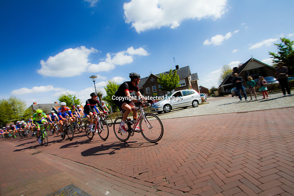 2-05-2015: Wielrennen: Ronde van Overijssel mannen: Rijssen  <br /> RIJSSEN (NED) wielrennen:  De 63e ronde van Overijssel heeft als zwaarte punt de heuveltjes rond Ootmarsum en de Sallandse heuvelrug. Net als in de ronde van Vlaanderen kent men in Overijssel het dorp van de ronde. In 2015 is de eer aan Markelo.