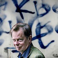 Nederland,Amsterdam ,30 mei 2008..De naam Joe Boyd is niet zo bekend, maar hij is wel een belangrijke man in de muziekgeschiedenis; hij producete in de jaren 60 o.a. Pink Floyd, Eric Clapton en later ook nogREM. Nu heeft hij ook een boek geschreven over de muziekscene uit die tijd: 'Backstage in de sixties' (Epo). Music producer and writer  Joe Boyd.