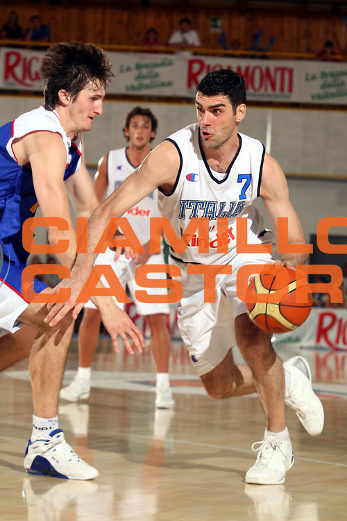 DESCRIZIONE : Bormio Trofeo Internazionale Diego Gianatti Italia Serbia <br />GIOCATORE : Soragna<br />SQUADRA : Italia <br />EVENTO : Bormio Trofeo Internazionale Diego Gianatti Italia Serbia <br />GARA : Italia Serbia<br />DATA : 22/07/2006 <br />CATEGORIA :  Palleggio<br />SPORT : Pallacanestro <br />AUTORE : Agenzia Ciamillo-Castoria/S.Ceretti<br />Galleria : FIP Nazionale Italiana <br />Fotonotizia : Bormio Trofeo Internazionale Diego Gianatti Italia Serbia<br />Predefinita :