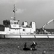 NLD/Naarden/19921015 - Zoekactie door Koninklijke Marine in het Gooimeer bij Naarden naar motor en onderdelen van neergestorte EL AL Boeing in de Bijlmermeer Amsterdam