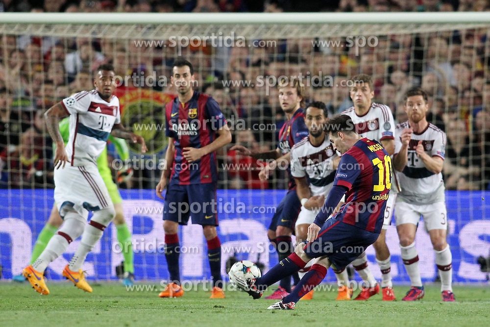 06.05.2015, Camp Nou, Barcelona, ESP, UEFA CL, FC Barcelona vs FC Bayern Muenchen, Halbfinale, Hinspiel, im Bild Lionel Messi (FC Barcelona #10) mit einem Freistoss // during the UEFA Champions League semi finals 1st Leg match between FC Barcelona and FC Bayern Munich at the Camp Nou in Barcelona, Spain on 2015/05/06. EXPA Pictures &copy; 2015, PhotoCredit: EXPA/ Eibner-Pressefoto/ Schueler<br /> <br /> *****ATTENTION - OUT of GER*****