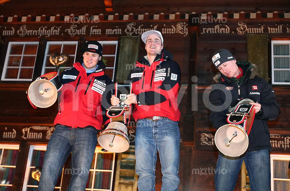 Ski Alpin;  Saison 2006/2007   05.01.2007 42. Weltcup Riesenslalom  Herren Siegerglocken; Daniel Albrecht (SUI,li) belegt Platz 2; Sieger Marc Berthod (SUI,mitte) und Hannes Reichelt (AUT) belegt Platz 3.