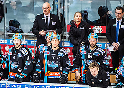 29.02.2020, Keine Sorgen Eisarena, Linz, AUT, EBEL, EHC Liwest Black Wings Linz vs Fehervar AV 19, Zwischenrunde, 10. Qualifikationsrunde, im Bild v.l. die Linzer Toplinie Rick Schofield (EHC Liwest Black Wings Linz), Brian Lebler (EHC Liwest Black Wings Linz), Dragan Umicevic (EHC Liwest Black Wings Linz), 2. Reihe Head-Coach Tom Rowe (EHC Liwest Black Wings Linz), Head-Coach Mark Szücs (EHC Liwest Black Wings Linz) // during the Erste Bank Eishockey League Intermediate round, 10th qualifying round match between EHC Liwest Black Wings Linz and Fehervar AV 19 at the Keine Sorgen Eisarena in Linz, Austria on 2020/02/29. EXPA Pictures © 2020, PhotoCredit: EXPA/ Reinhard Eisenbauer