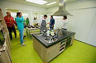 AMMERZODEN - Lodewijk Hoekstra (van Eigen Huis & Tuin) is op de basisschool De Schakel om zijn RTL4 Programma 'Greenkids' op te nemen. Scholieren leren dan hoe ze met bloemen, planten en groenten om moeten gaan. En hier op de foto leren ze in de keuken wat ze allemaal met een aardappel kunnen doen. FOTO LEVIN DEN BOER - PERSFOTO.NU