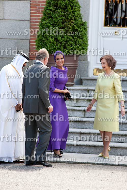 25.04.2011, El Pardo Palace, ESP, Königsbesuch im Bild King Juan Carlos and Queen Sofia recieve Emir of Qatar Cheikh Hamad Bin Khalifa Al Thani,  and wife Sheikha Mozah bint Nasser AlMissned, Juan Carlos Borbon, Reina Sofia, PPe Felipe Borbon, Letizia Ortiz , Infanta Cristina, at El Pardo Palace, on April 25th 2011, EXPA Pictures © 2011, PhotoCredit: EXPA/ Alterphotos/ MAC / ALFAQUI