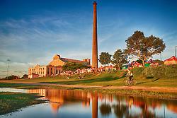 """A Usina do Gasômetro, ou simplesmente Gasômetro, é uma antiga usina brasileira de geração de energia de Porto Alegre. Apesar do nome, era na realidade uma usina movida a carvão - o tal """"Gasômetro"""" fazia referência a área onde hoje está a Usina, chamada de Volta do Gasômetro.  É um dos pontos mais tradicionais para ver o famoso pôr-do-sol da cidade, às margens do Lago Guaíba. Hoje a Usina do Gasômetro é um grande centro cultural de Porto Alegre, sendo palco das mais diversas manifestações artísticas como teatro, dança, pinturas, etc. FOTO : Jefferson Bernardes/Preview.com"""