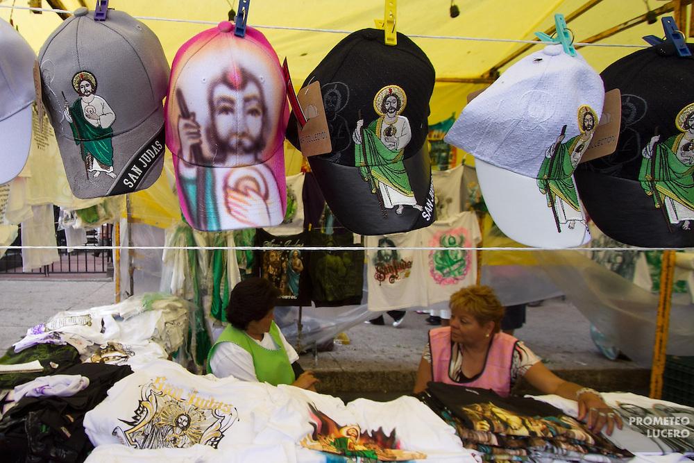 En las afueras de la iglesia de San Hipólito, ambulantes ofrecen gorras para los visitantes. (Prometeo Lucero)