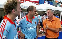Europees Kampioenschap Hockey mannen. Nederland-Polen 4-3. Johan Cruijff was een van de toeschouwers. Na afloop sprak hij met de internationals. links Teun de Nooijer, midden Piet Hein Geeris.