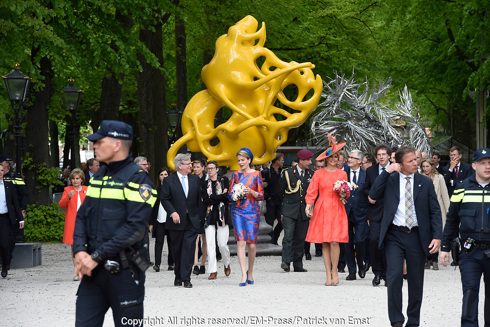 Koningin M&aacute;xima en koningin Mathilde van Belgi&euml; openen de beeldententoonstelling Den Haag Sculptuur op het Lange Voorhout. In de openlucht tentoonstelling 'Vormidable' staan kunstwerken van gevestigde en opkomende Vlaamse kunstenaars, wordt twintig jaar culturele samenwerking tussen Nedeland en Belgi&euml; gevierd.<br /> <br /> <br /> Queen Maxima and Queen Mathilde of Belgium opened the sculpture exhibition The Hague Sculpture on the Lange Voorhout. In the outdoor exhibition Vormidable 'are works by established and emerging Flemish artists, celebrates twenty years of cultural cooperation between the laws of the Netherlands and Belgium.<br /> <br /> Op de foto / On the photo:  Koningin M&aacute;xima en koningin Mathilde krijgen een rondleiding langs de beeldententoonstelling<br /> <br /> Queen Maxima and Queen Mathilde get a tour of the sculpture exhibition