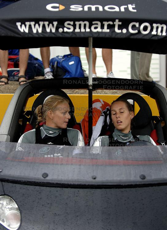20-08-2006 VOLLEYBAL: NK BEACHVOLLEYBAL: SCHEVENINGEN<br /> Landstitel voor Rebekka Kadijk en Merel Mooren - smart<br /> ©2006-WWW.FOTOHOOGENDOORN.NL