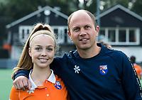 BLOEMENDAAL - coach Teun de Nooijer (Bldaal) met Philine de Nooijer (Bldaal) . Bloemendaal  Dames I seizoen 2018/2019. COPYRIGHT KOEN SUYK