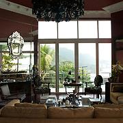 La Suite.Invisible de l'exte?rieur, une maison du fameux architecte bre?silien Zanine reconvertie en hotel de charme les yeux dans l'eau. www.lasuiterio.com