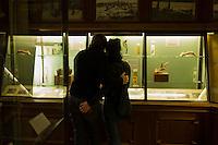 AFrica Museum Tervuren laatste dag van de vakantie met speciale activiteiten.Verliefd koppel bestudeerd vitrine.