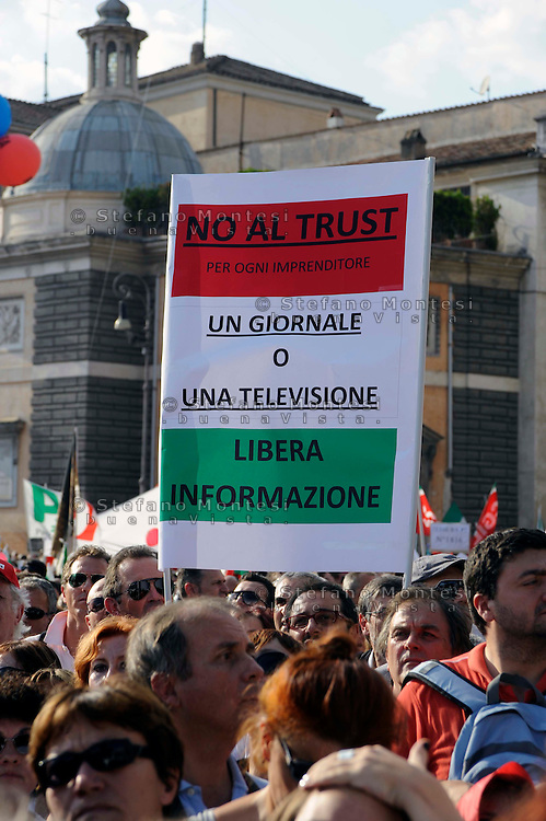 Roma 3 Ottobre 2009.Manifestazione in difesa della libertà di stampa indetta dalla Federazione Nazionale Stampa Italiana (FNSI) a Piazza del Popolo....Rome, October 3, 2009.Demonstration in defense of press freedom organized by the National Federation of the Italian Press (FNSI) at Piazza del Popolo..