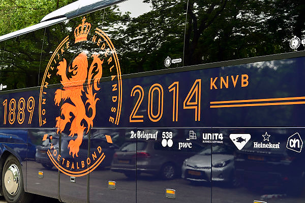 Nederland, Nijmegen, 20-5-2014De spelersbus van het nederlands elftal, oranje, knvb, staat voor het goffertstadion.Sponsors, sponsoren mogen de bus laten opdraven om ermee te pronken. In dit geval de ING bank. Ook pwc,ah,de telegraaf, radio 538,sunweb, heineken,unit4 en de staatsloterij.Foto: Flip Franssen/Hollandse Hoogte