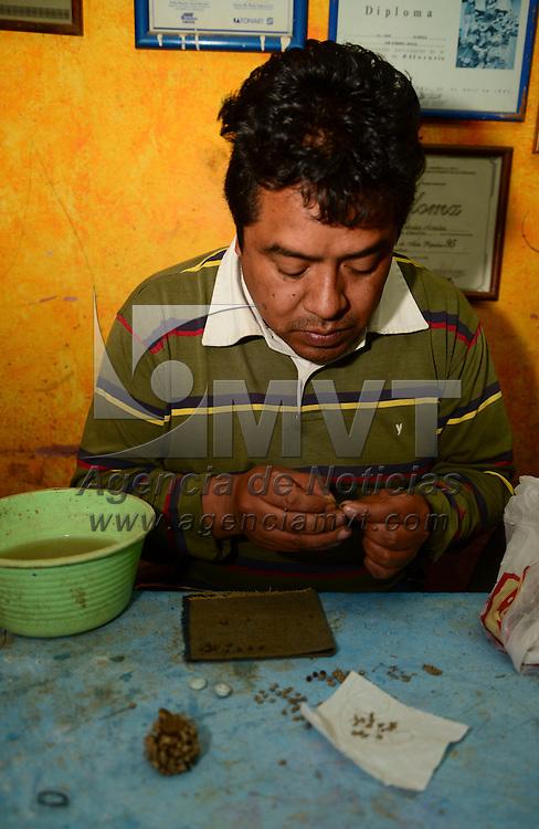 Metepec, México.- Juan Hernández Arzaluz, artesano de Metepec, acompañado de su familia  se encuentran trabajando en las piezas con las cuales participaran en el Concurso Nacional de Alfarería Árbol de la Vida, con un trabajo en miniatura en el que plasmará diferentes pasajes bíblicos. Agencia MVT / Crisanta Espinosa
