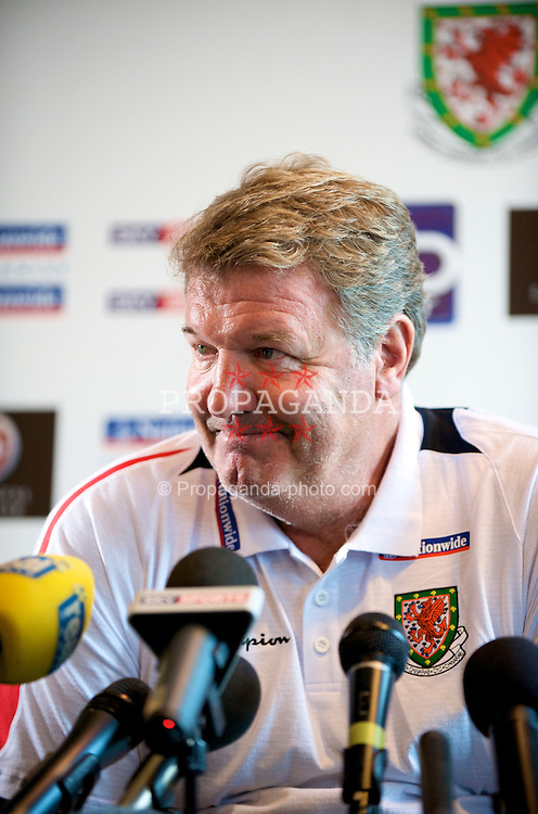 CARDIFF, WALES - Friday, September 5, 2008: Wales' manager John Toshack during a press conference at the Vale of Glamorgan Hotel ahead of their opening 2010 FIFA World Cup South Africa Qualifying Group 4 match against Azerbaijan. (Photo by David Rawcliffe/Propaganda)