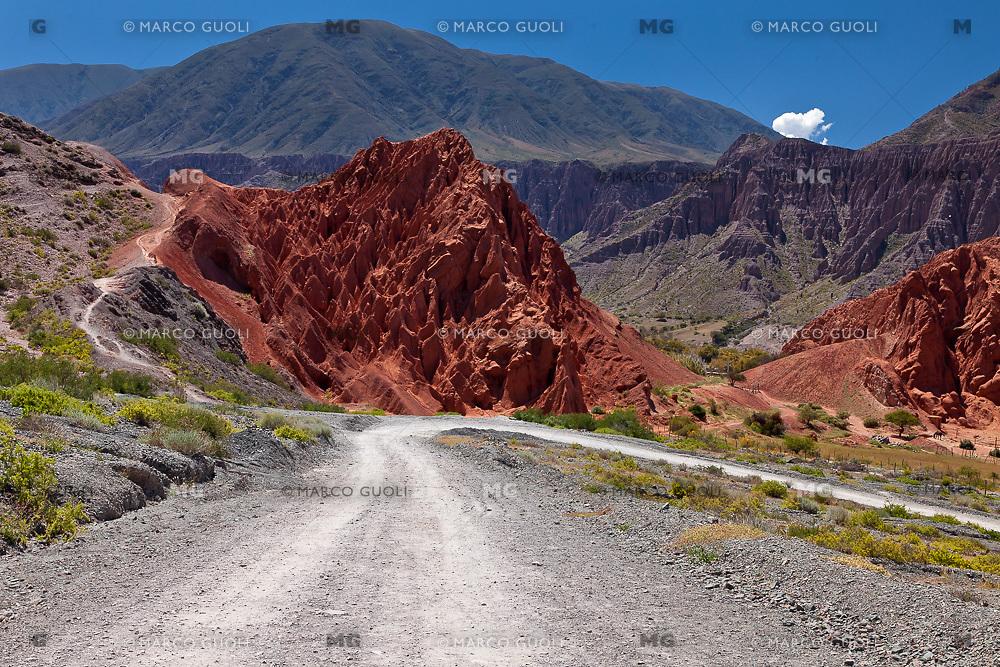 CAMINO Y CERROS MULTICOLORES EN AL PASEO DE LOS COLORADOS, PURMAMARCA, QUEBRADA DE HUMAHUACA, PROVINCIA DE JUJUY, ARGENTINA (PHOTO © MARCO GUOLI - ALL RIGHTS RESERVED)