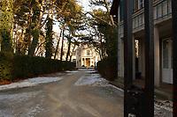 15 JAN 2002, BERLIN/GERMANY:<br /> Blick durchs Tor auf den Torweg zur Gedenk- und Bildungsstaette Haus der Wannsee-Konferenz, Am Grossen Wannsee 56-58, 14109 Berlin<br /> IMAGE: 20020115-01-034<br /> KEYWORDS: Eingang