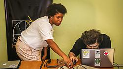 PORTO ALEGRE, RS, BRASIL, 21-01-2017, 12h20'59&quot;:  Desiree dos Santos, 32, discute um projeto com o f&iacute;sico e programador Vlademir PIana de Castro, 53, no espa&ccedil;o Matehackers Hackerspace, da Associa&ccedil;&atilde;o Cultural Vila Flores, no bairro Floresta da capital ga&uacute;cha. A  Consultora de Desenvolvimento de Software na empresa ThoughtWorks fala sobre as dificuldades enfrentadas por mulheres negras no mercado de trabalho.<br /> (Foto: Gustavo Roth / Ag&ecirc;ncia Preview) &copy; 21JAN17 Ag&ecirc;ncia Preview - Banco de Imagens