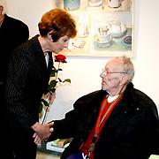 NLD/Laren/20100419 - Overhandiging boek John Kraaijkamp, Mies Bouwman groet Rijk de Gooyer