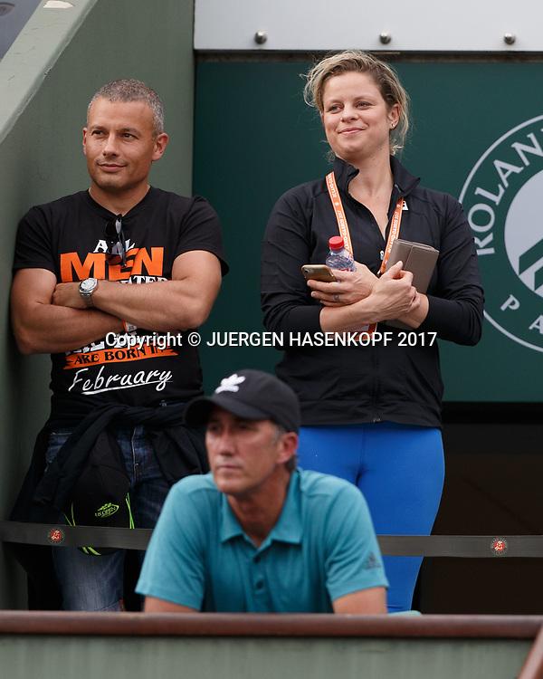 Kim Clijster steht hinter SIMONA HALEP Coach Darren Cahill in der Spielerloge, <br /> <br /> Tennis - French Open 2017 - Grand Slam / ATP / WTA / ITF -  Roland Garros - Paris -  - France  - 8 June 2017.