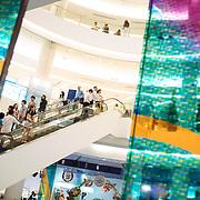 Bangkok, Thailande 24 mars 2014 -  Siam Paragon &agrave; Bangkok est un grand centre commercial d&rsquo;une superficie de 500 000 m&sup2; d&eacute;di&eacute; aux articles de mode et aux produits de luxe. Depuis son ouverture en d&eacute;cembre 2005, le Siam Paragon a voulu se positionner sur le haut de gamme voire du tr&egrave;s haut de gamme. <br /> Le Complexe compte plus de 300 boutiques de marques internationales et locales de luxe, dont des boutiques de cr&eacute;ateurs et designers de premier ordre tels que Gucci, Prada, Paul Smith, ou encore Chanel.