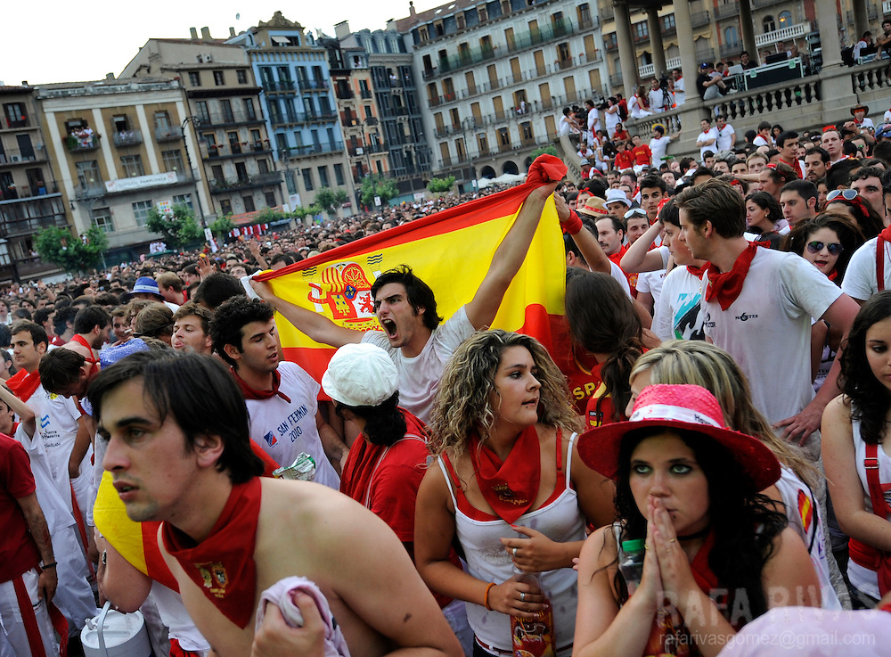 Supporters of the Spanish team watch the World Cup semi-final football match Spain against Germany on July 07, 2010 in Pamplona, North of Spain. PHOTO/RAFA RIVAS