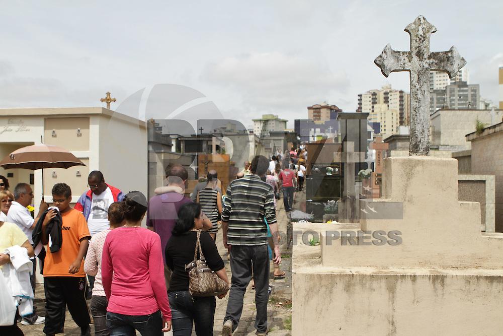 ATENCAO EDITOR FOTO EMBARGADA PARA VEICULO INTERNACIONAL <br /> CURITIBA, PR, 02 DE NOVEMBRO DE 2012 &ndash; FINADOS &ndash; Milhares de pessoas aproveitaram a manh&atilde; nublada em Curitiba para visitar os cemit&eacute;rios da cidade. No cemit&eacute;rio &Aacute;gua Verde, um dos maiores da capital paranaense, aconteceu missa com o bispo de Curitiba, Dom Moacir Vitti, e com o padre Reginaldo Manzotti. (FOTO: ROBERTO DZIURA JR./ BRAZIL PHOTO PRESS)