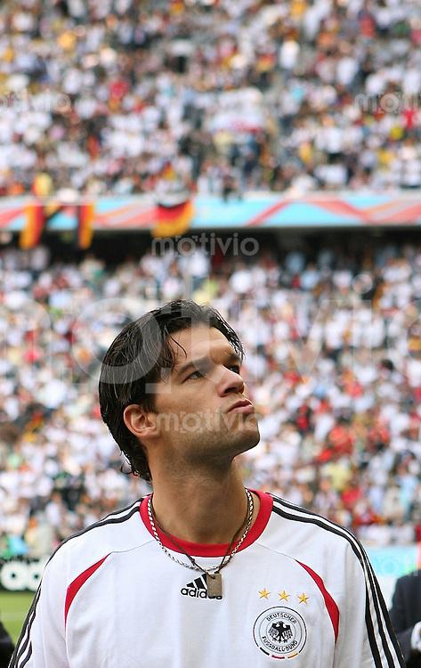 Fussball WM 2006  Gruppenspiel  Vorrunde Gruppe A  Deustchland - Costa Rica Michael BALLACK ( Deutschland) schaut sich vor dem Eroeffnungsspiel enttaeuscht im Stadion um.