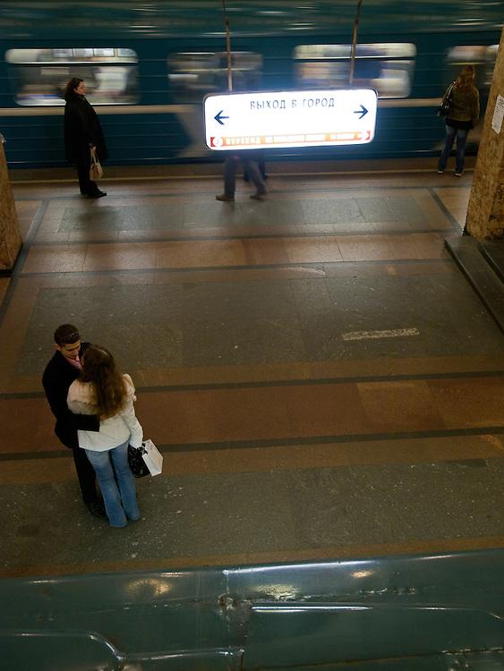 Die Metro Station Komsomolskaja der Ringlinie wird oftmals als die schönste Station im gesamten Metronetz angesehen. Der 1952 eröffnete Haltepunkt befindet sich unterhalb des Komsomolskaja-Platzes, direkt am Leningrader, am Jaroslawler und am Kasaner Bahnhof. Die 72 achteckigen Pfeiler im Bahnsteigbereich, die allesamt mit hellem Marmor verkleidet sind, haben neben der stützenden Funktion den Charakter eines Dekorationsmittels. Auf den Kapitellen liegen Rundbögen auf, die beim Metronutzer den Eindruck erwecken, beim Gang zu den Gleisen ein Rundtor zu passieren. Der Deckenbereich ist mit mehreren großen Kronleuchtern dekoriert. Zwischen diesen geben acht Monumentalmosaiken, jeweils aus 300.000 einzelnen Teilen bestehend und durch Stuck umrahmt, Szenerien der russischen Geschichte wieder. Damit wird ein nahezu barockes Erscheinungsbild erzeugt. Die Metrostation umfasst auch mehrere oberirdische Passagen.<br /> <br /> Metro Komsomolskaya is a station on the Koltsevaya Line of the Moscow Metro, arguably the most opulent in a system known for its palatial stations. The station's most noticeable feature is its grandiose Baroque-style ceiling, which is painted pale yellow and encrusted with mosaics and floral moldings. The ceiling is supported by 68 octagonal white marble columns with modified Ionic capitals. The building is situated on the north side of Komsomolskaya Square, between the Leningradsky Rail Terminal and the Yaroslavsky Rail Terminal.