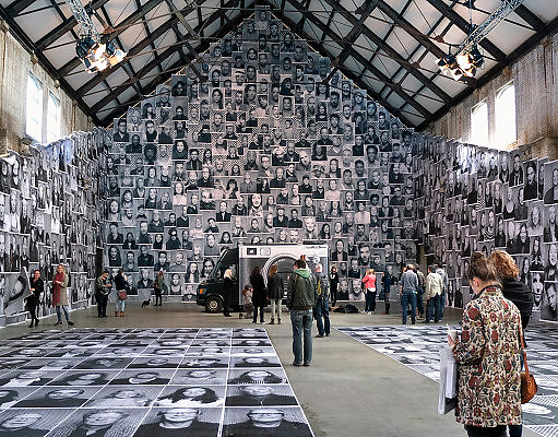 Nederland, Amsterdam, 26-09-2013Unseen Photo Fair in de Westergasfabriek. De franse fotograaf JR met zijn project inside out, wat mensen uitnodigt om deel te nemen via mobiele fotostudio aan een wereldwijd kunstwerk. Het zelfportret wordt direct geprint en in het gebouw gepresenteerd.Unseen Photo Fair at Westergasfabriek, second edition. French photographer JR presents his project inside out, inviting guests to be the first in Europe to participate via a mobile photo studio to a global artwork. self portraitFoto: Flip Franssen/Hollandse Hoogte