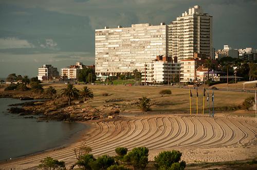 Puerto del Buceo. Al fondo, el edificio Panamericano. Montevideo, 18/02/2011..©RICARDO ANTUNEZ.MONTEVIDEO, URUGUAY..2011