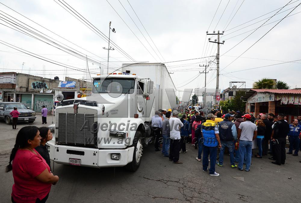 Toluca, México (Junio 6, 2016).- Vecinos del Cerrillo Vista Hermosa bloquearon la avenida de Las Partidas exigiendo obras y servicios, atención médica de calidad, entre otras cosas, alrededor de 4 horas fue cerrada la vialidad atravesando camiones y vehículos para impedir el paso.  Agencia MVT / Crisanta Espinosa.