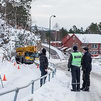 KRISTIANSAND  20170307.<br /> To barn er skadd i en ulykke ved Karuss skole i Kristiansand.Politiet opplyser at et av barna er kritisk skadd og kj&oslash;rt til sykehus. Kommunens kriseteam er varslet og vil bli sendt til skolen. Det ser ut som en mobilkran har sklidd p&aring; det glatte f&oslash;ret og kommet inn p&aring; gang- og sykkelveien. Ett av de to barna m&aring;tte frigj&oslash;res, opplyser politiet.<br /> Foto: Tor Erik Schr&oslash;der / NTB scanpix