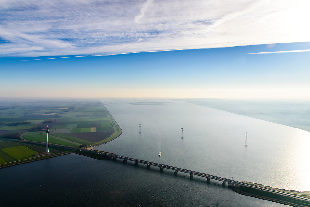 Nederland, Flevoland, Ketelmeer, 04-11-2018; Ketelbrug, brug A6 over Ketelmeer tussen Oostelijk Flevoland en Noordoostpolder. IJsseloog in de achtergrond.<br /> Bridge A6 over Ketelmeer between Oostelijk Flevoland and Noordoostpolder.<br /> <br /> luchtfoto (toeslag op standaard tarieven);<br /> aerial photo (additional fee required);<br /> copyright © foto/photo Siebe Swart