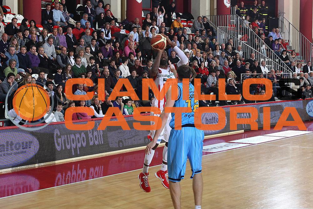 DESCRIZIONE : Teramo Lega A 2009-10 Bancatercas Teramo Vanoli Cremona<br /> GIOCATORE : Bobby Jones<br /> SQUADRA : Bancatercas Teramo <br /> EVENTO : Campionato Lega A 2009-2010 <br /> GARA : Bancatercas Teramo Vanoli Cremona<br /> DATA : 10/01/2010<br /> CATEGORIA : tiro<br /> SPORT : Pallacanestro <br /> AUTORE : Agenzia Ciamillo-Castoria/C.De Massis<br /> Galleria : Lega Basket A 2009-2010 <br /> Fotonotizia : Teramo Lega A 2009-10 Basket Bancatercas Teramo Vanoli Cremona<br /> Predefinita :
