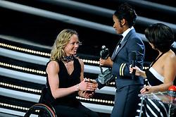 15-12-2009 ALGEMEEN: NOC NSF SPORTGALA 2009: AMSTERDAM<br /> Deborah Gravenstijn geeft Monique van der Vorst de award voor de beste gehandicapte sporter van het jaar<br /> ©2009-WWW.FOTOHOOGENDOORN.NL