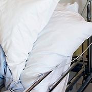 Nederland Rotterdam  31-08-2009 20090831 Foto: David Rozing .Serie over zorgsector, Ikazia Ziekenhuis Rotterdam. .Een oude zieke man ligt in bed op zaal. An old man in bed in hospitalroom.  Foto: David Rozing ..Holland, The Netherlands, dutch, Pays Bas, Europe,  op zaal liggen,  behandelplan, treatment,,ziektekosten,zorgverlening,genezen, genezing, ziekte bestrijding bestrijden, ernstig ziek zijn, aftakelen, aftakeling, verzwakt, zwak,